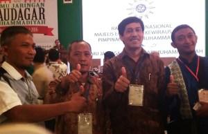 "Juma' Aziz (dua kiri) bersama Ketua Majelis Ekonomi dan kewirausahaan Ir. Najih saat di acara ""Temu Jaringan Saudagar Muhammadiyah"" di Yogyakarta, 14/5 (foto istimewa)"