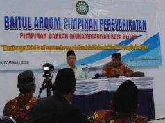 Hajriyanto Y Thohari memberikan meteri Baitul Arqom PDM Blitar. (Foto: Nur Rozik)