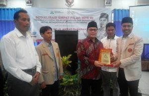Ketua Bidang ESDM PP Pemuda Muhammadiyah yang didampingi oleh Mukayat, Ketua PWPM Jawa Timur dan Fauzan, Rektor UMM. (Foto:Izzudin)