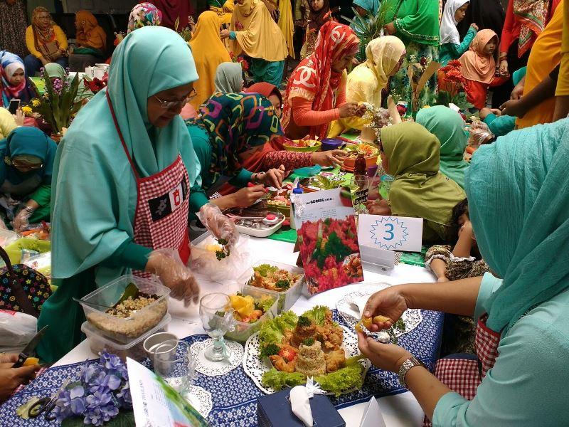 Wali murid SD Muhammadiyah 1 GKB Gresik adu kreasi membuat bekal makanan untuk anaknya bersekolah. (Foto: Humas Sekolah)