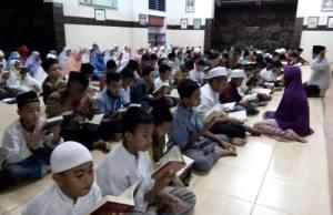 Siswa-siswi SDM GKB 2 Gresik sedang bertadarus Qur'an saat Mabit. (Foto: Humas sekolah)
