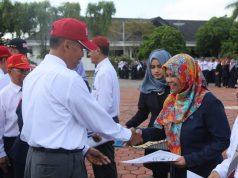 Rektor UMM Fauzan memberikan penghargaan kepada dosen, mahasiswa dan karyawan berprestasi.(Foto: Humas UMM)