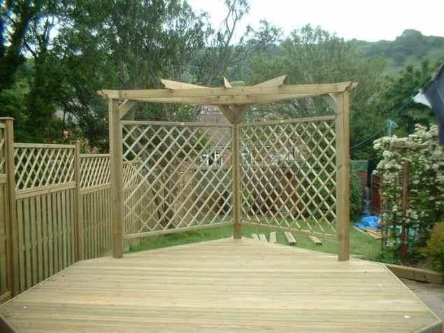Garden screen ideas made from wooden trellis screening