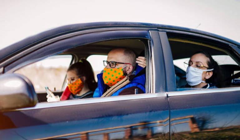 La mascarilla no es obligatoria en la calle: ¿hay que llevarla en el coche?