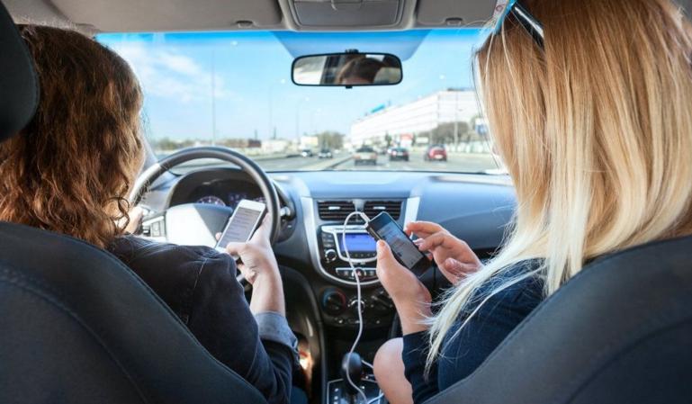 Conducir y manipular la radio: adiós a tres puntos más 200€ de multa