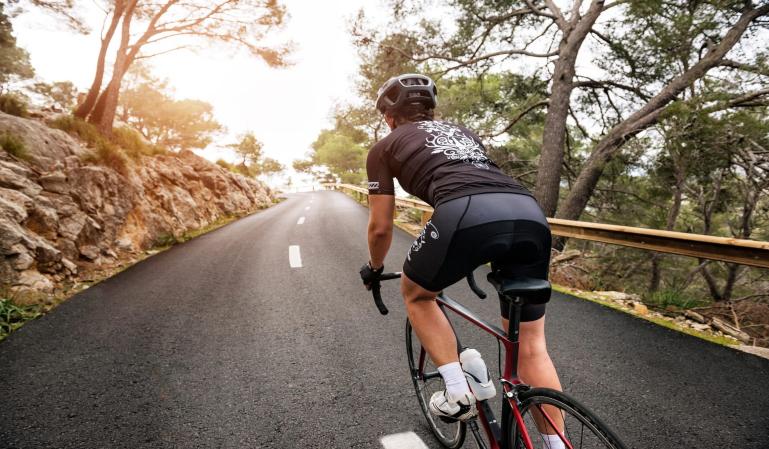 Aprobada la nueva norma de la DGT para adelantar a los ciclistas