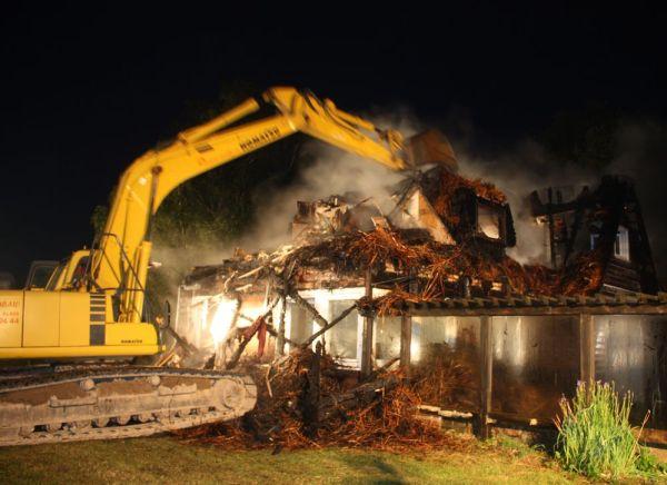 Das Ende des Reetdachhauses: Der Bagger reißt es ein
