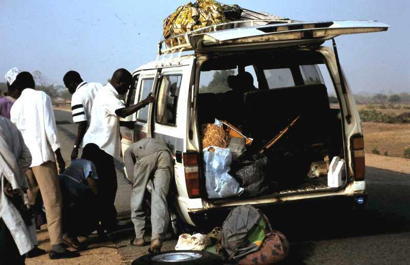 Reifenpanne - Alltag bei einer Fahrt durch Kamerun.
