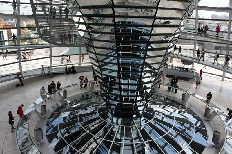 Reichstag: Blick auf das Kuppelinnere von der Galerie aus.