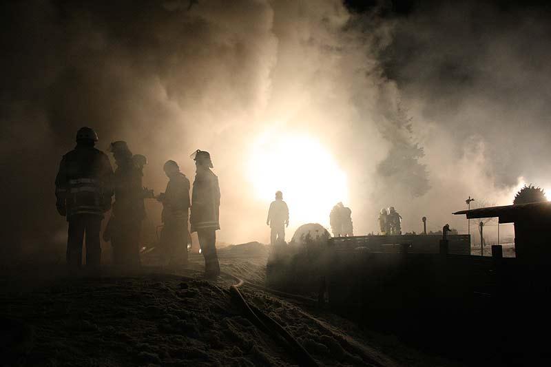 Die Feuerwehrleute mussten bei den Löscharbeiten im dichten Qualm stehen. Eine unwirkliche Szene.