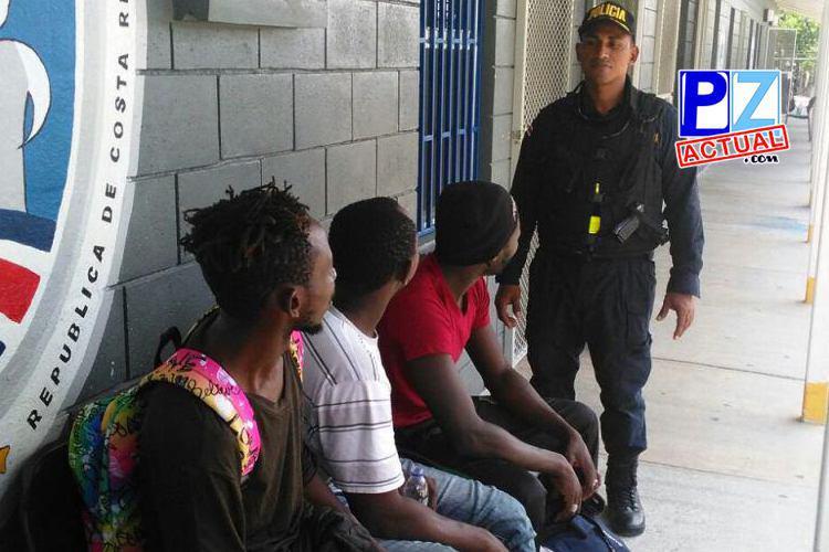 Interceptan carro con africanos indocumentados y a supuesto traficante de personas en Golfito.