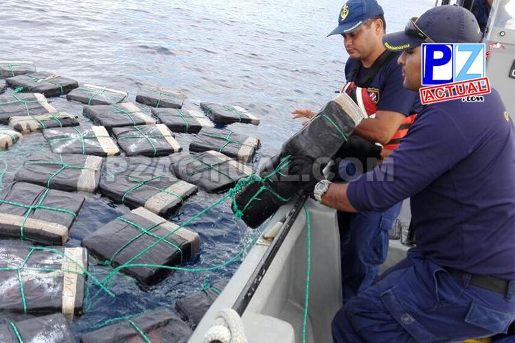 Guardacostas recupera más de una tonelada de cocaína en el Pacífico Sur.