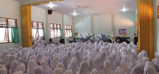 Grub Band Assanda asal Pondok Draut Tuhid Zainul Hasan Genggong saat tampil di Gedung SMA Putri Zaha 1 Genggong Kecamatan Pajarakan Kabupaten Probolinggo