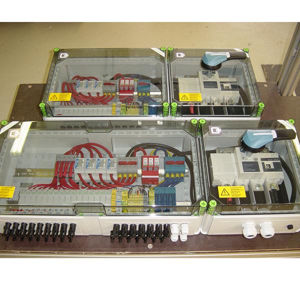 Stringbox BIG in Kunststoffgehäuse, 16 Strings 15 A, Sicherungen im Pluspol. Strommessung i'checker 4, gebündelte Strings. ÜSS T2, Fernmeldekontakt, ÜSS 24 VDC Bus, DC Trennschalter 315 A/1 kV