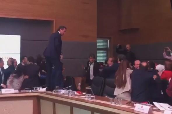 Deputatlar arasında dava -  5 yaralı + Video