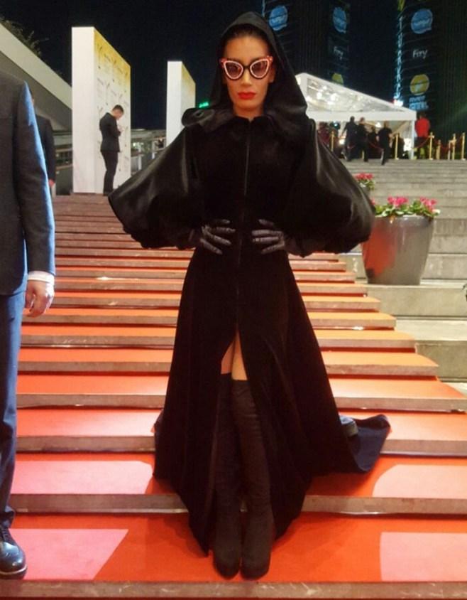 Qiyam gecəsi məşhurlaşan qadın aparıcı mükafatlandırıldı -  Fotolar