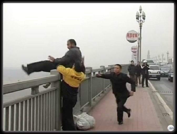 ملاك الصين الذي أنقذ أكثر من 300 شخصا من الانتحار
