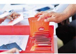With which company Reliance Jio Infocomm launch a new e-commerce platform in the country?