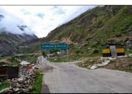 Which pass connects Pithoragarh to Tibet?