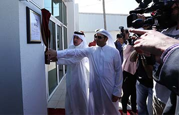 His Excellency Dr. Mohammed Al Hammadi, Minister of Education (right) and Higher Education and Qatar Airways Group Chief Executive His Excellency, Mr. Akbar Al Baker (left) revealed a commemorative plaque during the school opening.