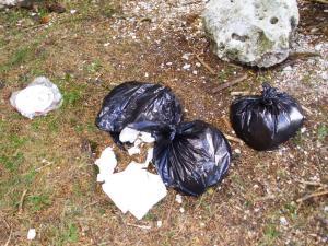 nella foto: rifiuti lungo il sentiero