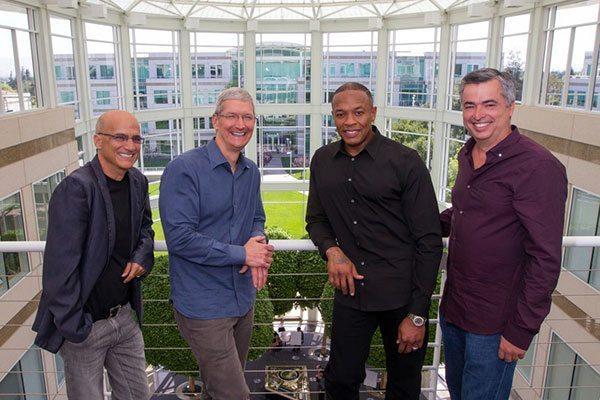 Jimmy Iovine, Tim Cook, Dr. Dre y Eddy Cue