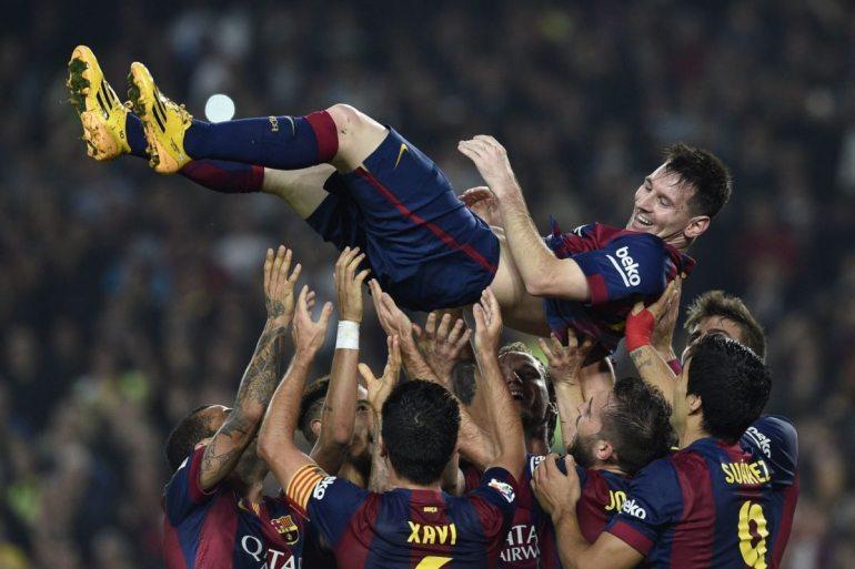 Messi es elevado por sus compañeros tras romper el record de Telmo Zarra