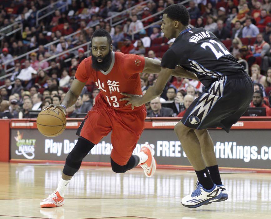 James Harden, de los Rockets de Houston, trata de avanzar frente a Andrew Wiggins, de los Timberwolves de Minnesota, en el partido del lunes 23 de febrero de 2015 (AP Foto/Pat Sullivan)