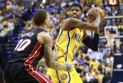 Paul George, alero de los Pacers de Indiana, controla el balón frente a Michael Besley, del Heat de Miami, en el partido del domingo 4 de abril de 2015 (AP Foto/R Brent Smith)
