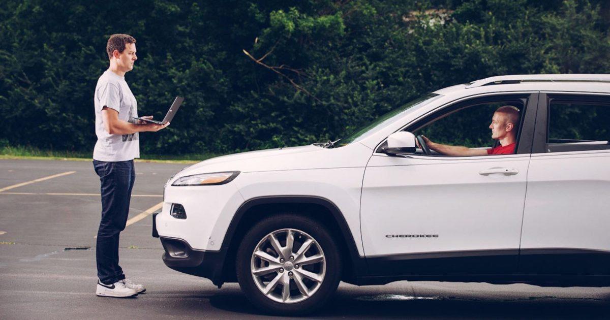 Fiat Chrysler retira 1.4 millones de vehículos por hackers