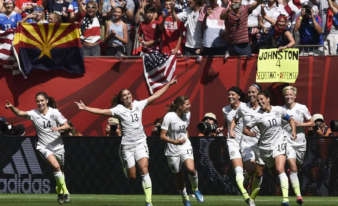 Carli Lloyd celebra un gol junto a sus compañeras de selección