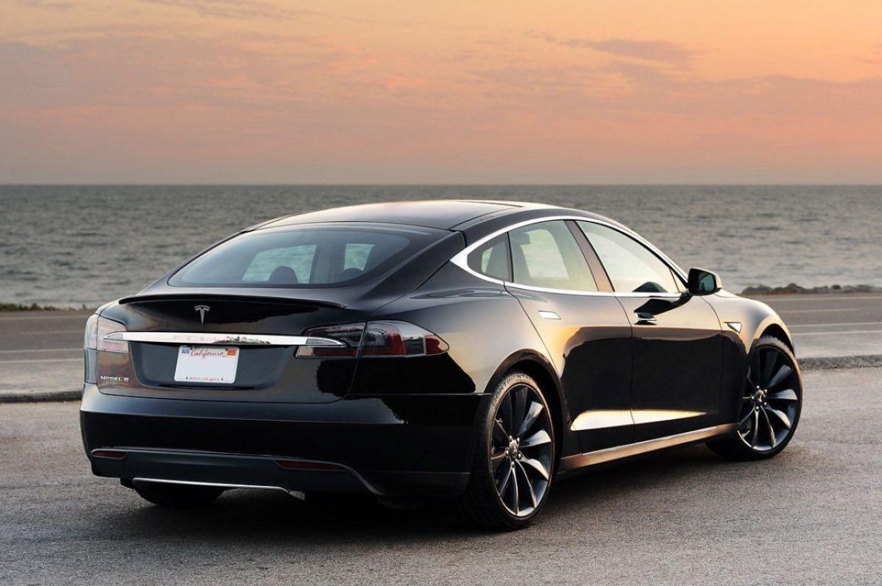 El Model S de Tesla aprende nuevos trucos en su modo de piloto automático