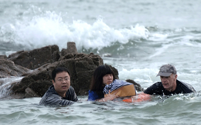Stranded at Sea in Qingdao by Li Zhiyong/Asianewsphoto
