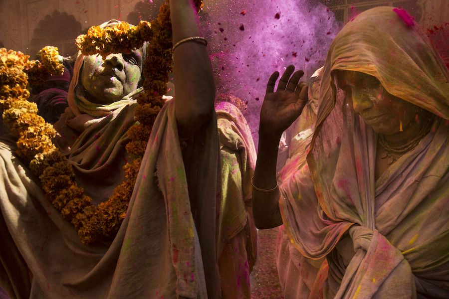 mujeres holi festival