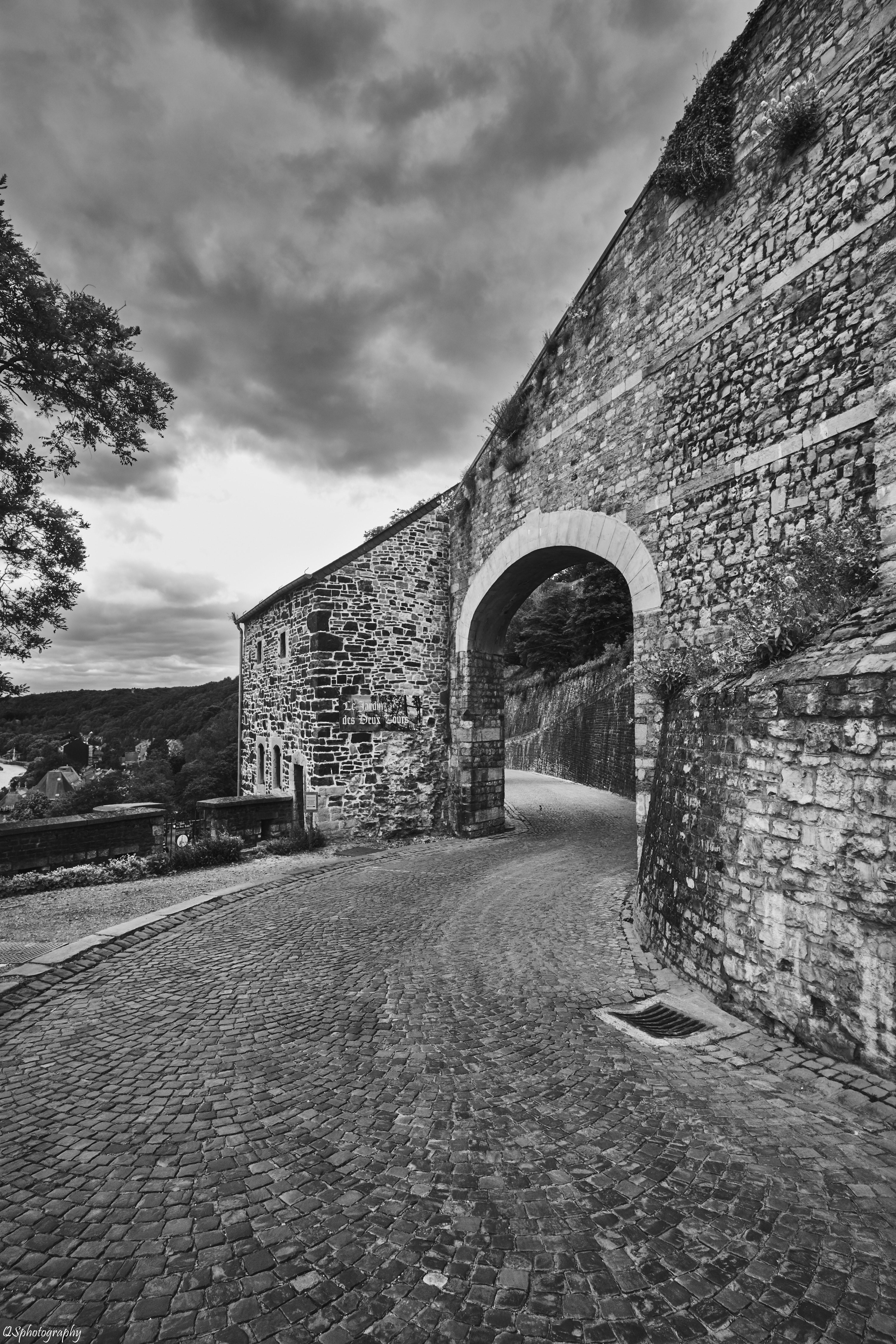 Photographie en noir et blanc de l'arche en pierre pour accéder à la citadelle de Namur