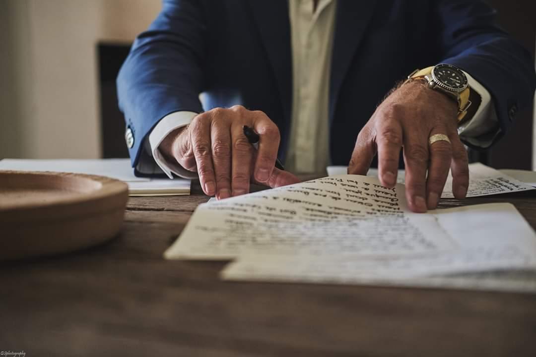 Reportage photo sur les préparatifs du marié lorsqu'il écrit ses vœux