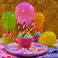 Backen für den Kindergeburtstag! Zauberhafte LUFTBALLON MUFFINS #DIY #HeissluftballonMuffins #Food