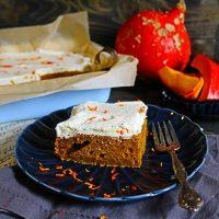 Rezept-Tipp: der beste Kürbiskuchen vom Blech mit Frischkäse-Topping!