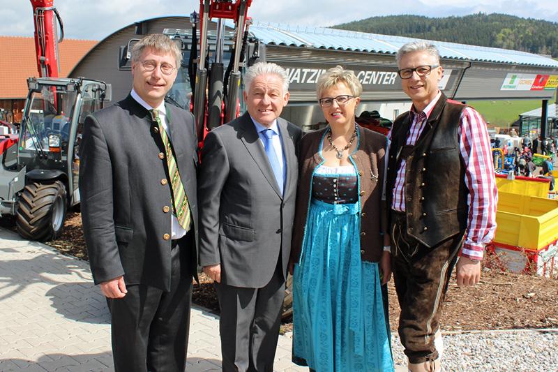 Bürgermeister Hermann Reingruber und Landeshauptmann Dr. Josef Pühringer mit Petra und Klaus Watzinger bei der Eröffnung des WATZINGER-CENTERS (v.l.n.r.)