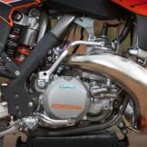 Mit unschlagbarem Leistungsgewicht vereint der kräftige KTM 250 SX Motor herausragende Performance bei extremer Handlichkeit.