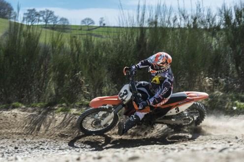 Ergonomisch: Das MX-Motorrad lässt sich um die Ecken prügeln wie ein Mountainbike.