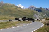 Reichlich Serpentinen: Vom Aostatal den kleinen St. Bernhard hinauf, vorbei an Weidevieh und Murmeltieren.