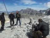Das große Ziel: Beim Fahnenhügel des Colle du Sommeiller auf 3050 Meter wird die Luft dünn und auch bei sonnigem Sommerwetter geht ein eisiger Wind.