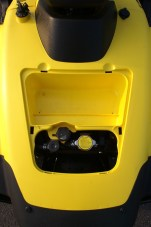 Zugänglich: Über das Staufach vorn lässt sich Kühl- und Bremsflüssigkeit checken.