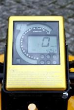 I-Phone-Tacho: Anzeigeninstrument im Bauhaus-Design, aber mit allen wichtigen Infos.