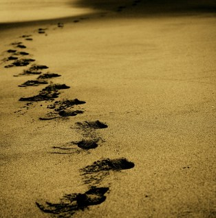 playa con huellas