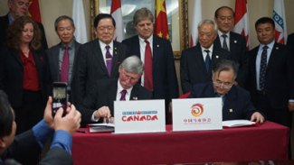 China-Delegation---Al-Paterson--Jia-Youling-Signing-MOU