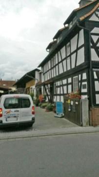 schoene-Hoteleinfahrt-in-Hainhausen