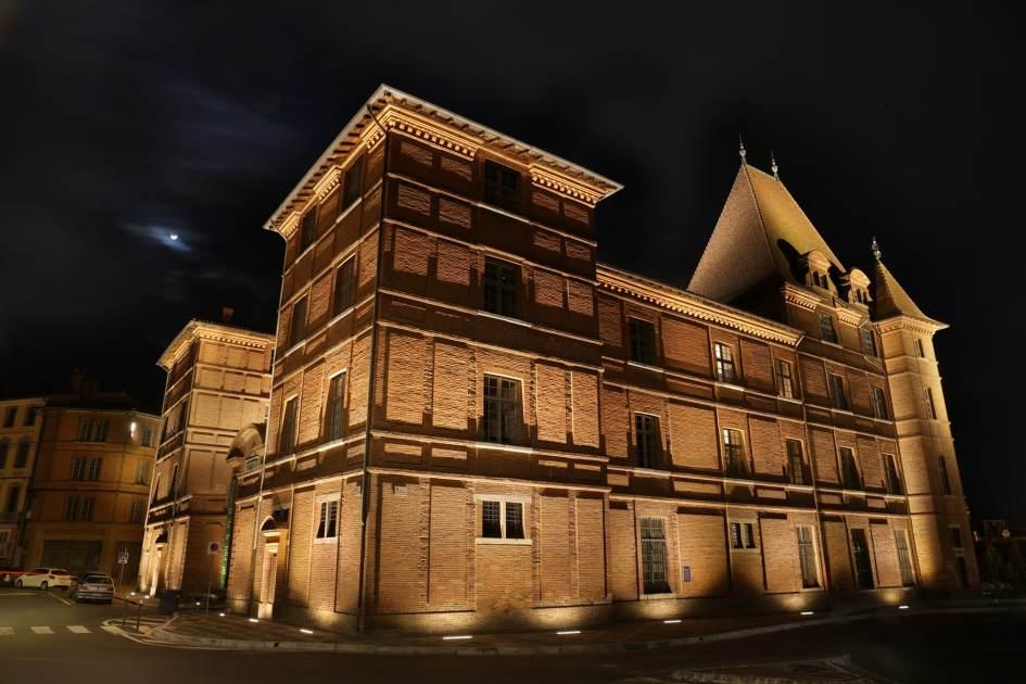 Vue de nuit d'un musée en briques