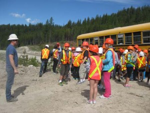 kids-school-field-trip-tree-planting-quastuco-silviculture